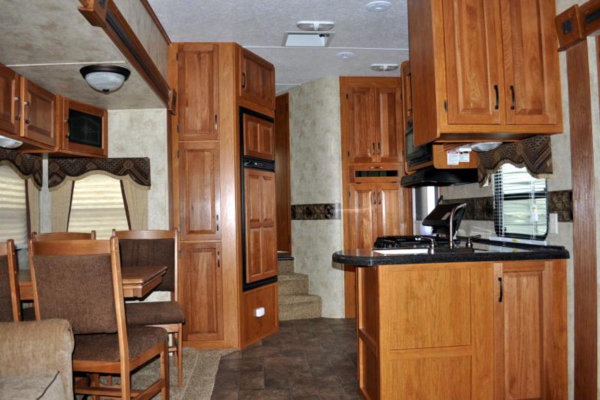2011 Keystone Montana Mountaineer 326RLT Hickory Edition, 9