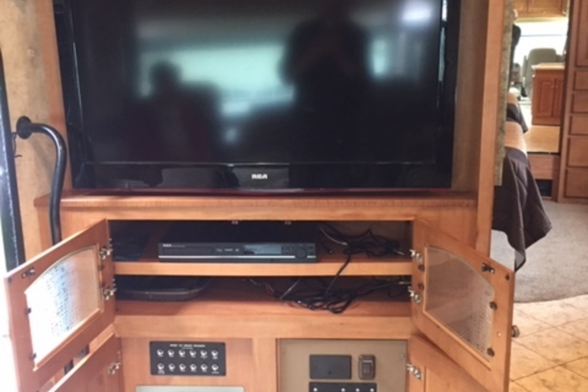 2011 Winnebago Adventurer 35P, 8