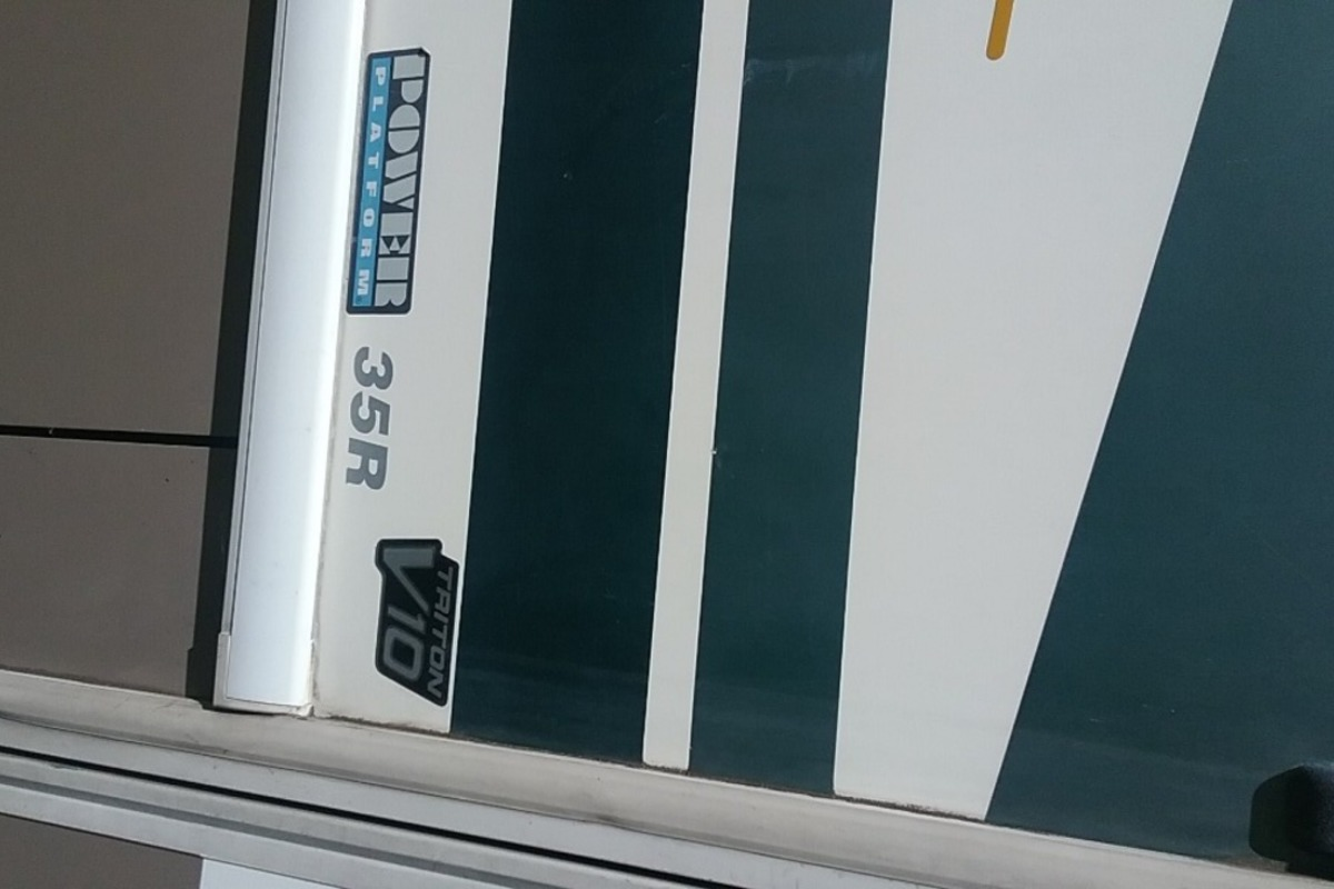 2003 Fleetwood Bounder 35R, 2